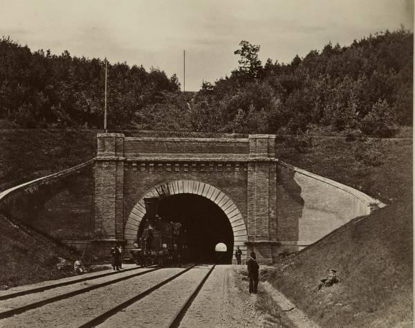 Pro Panerių tunelį važiuoja garvežys. Józef Czechowicz 1879 metų nuotrauka